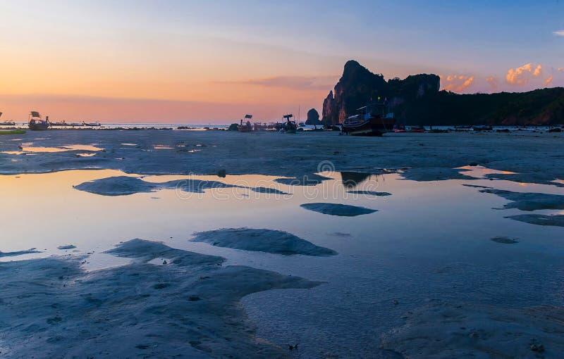 海岛的海岸处于低潮中日落的 库存图片