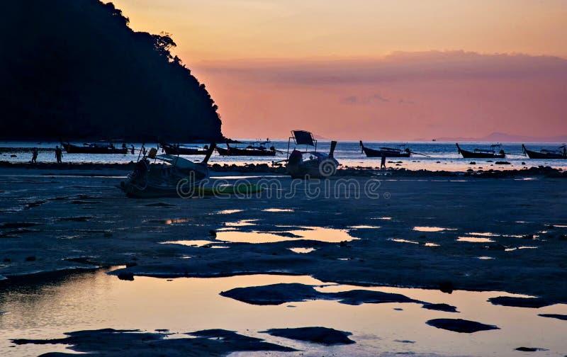 海岛的海岸处于低潮中日落的 免版税库存照片