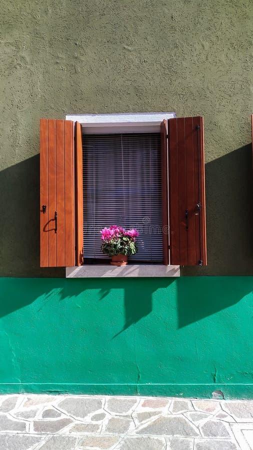 海岛Burano的Windows 免版税库存图片
