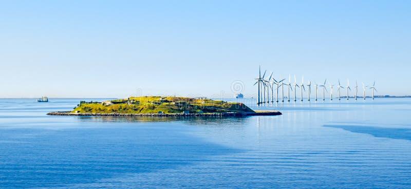 海岛Middelgrundsfortet和在哥本哈根海岸的陆风涡轮在丹麦 库存图片