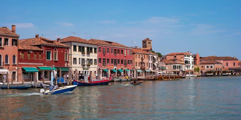 海岛murano在威尼斯意大利 在运河的看法有小船的和汽艇浇灌 美丽如画的横向 传统看法  免版税库存图片