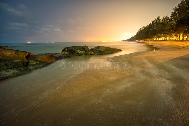 海岩石在夜 免版税库存图片