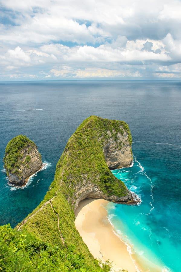 海岩石沙滩蓝色海洋珀尼达岛海岛巴厘岛 图库摄影
