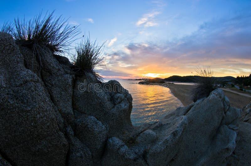 海岩石cloudscape的剪影和反射在日落的 库存图片
