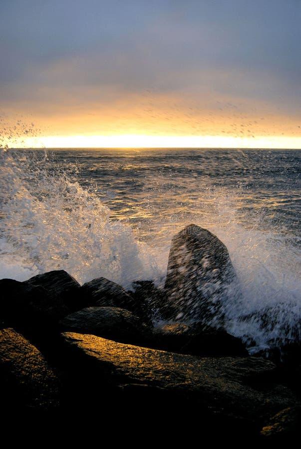 海岸和平的飞溅日落 图库摄影