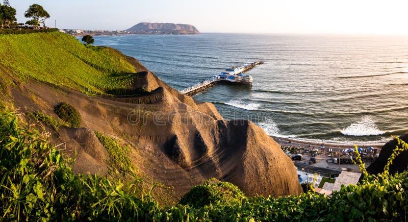 海岸岸峭壁叫的'肋前缘verde的'全景从米拉弗洛雷斯码头在利马,秘鲁 库存照片