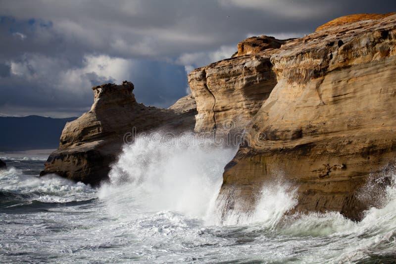 海岸横向俄勒冈风大浪急的海面 库存照片