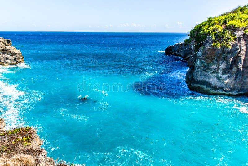 海岸海滩岸 石峭壁岩石,清楚的海洋水,假期概念 免版税库存照片