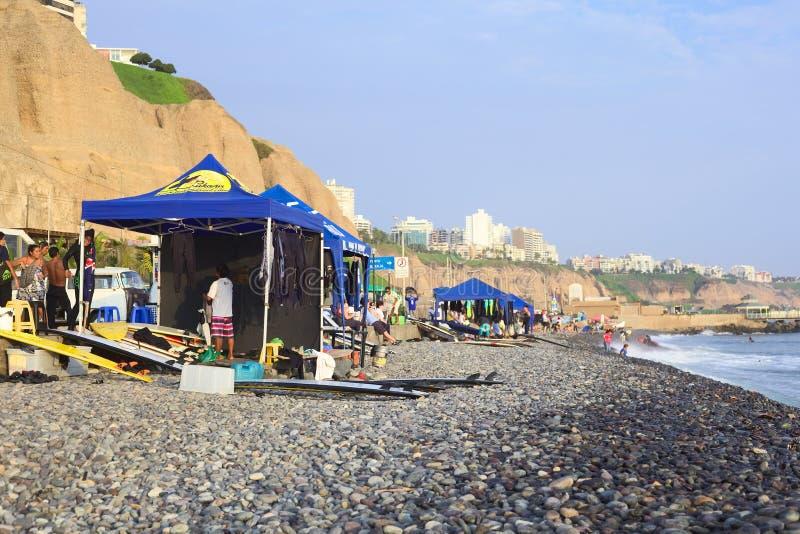 海岸的海浪学校在利马,秘鲁 免版税库存图片