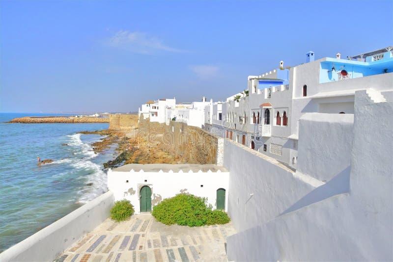 海岸的美丽的房子在Asilah,摩洛哥 免版税图库摄影