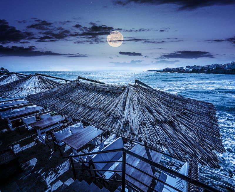海岸的餐馆地方在晚上 免版税库存图片