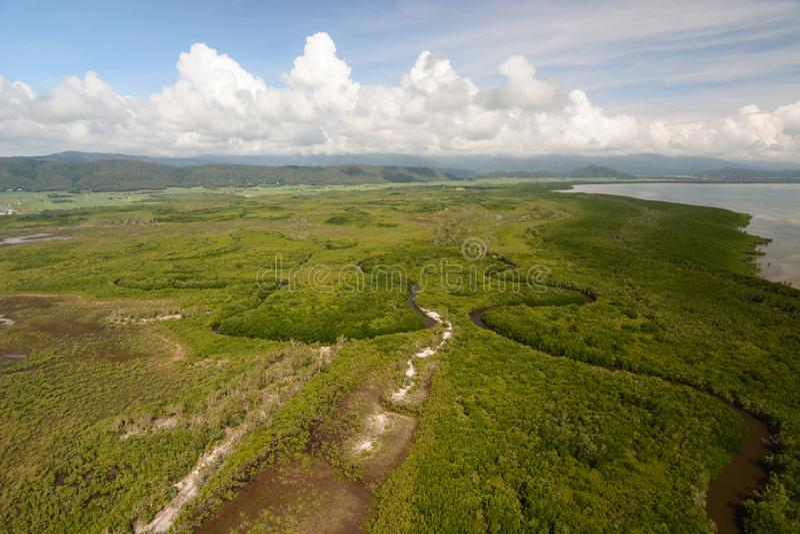 海岸的鸟瞰图在道格拉斯港附近的 昆士兰 ?? 免版税库存照片