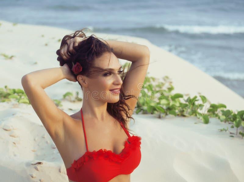 Download 海岸的年轻俏丽的西班牙妇女与飞行头发,热的se 库存图片. 图片 包括有 愉快, 相当, 设计, beautifuler - 72368229