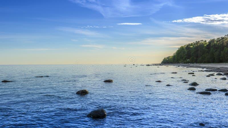 海岸石头、海滩、海、全景、上古、影片芬兰湾的作用、看法有海岸的和波罗的海 免版税图库摄影