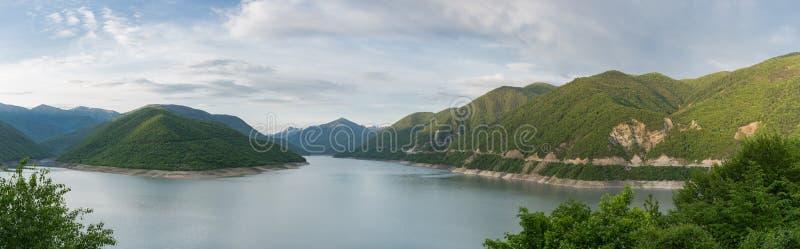 海岸线、绿色柔和的小山和灰色凉水的弯的沙漠全景 免版税库存照片