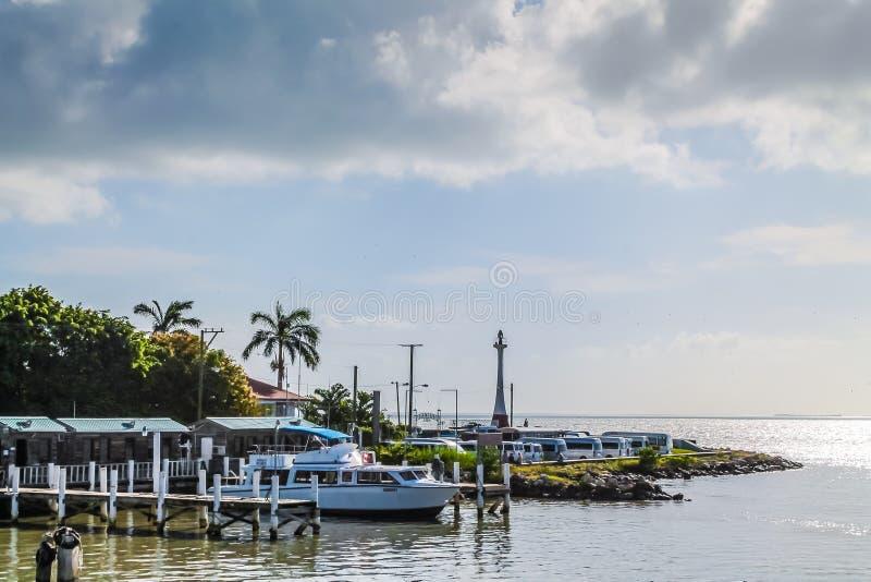海岸线伯利兹小船船坞 免版税库存图片