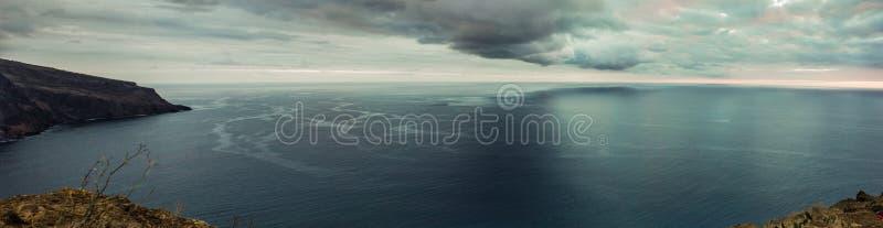 海岸线全景 有高峭壁的马德拉岛沿大西洋 严重的天空 库存照片