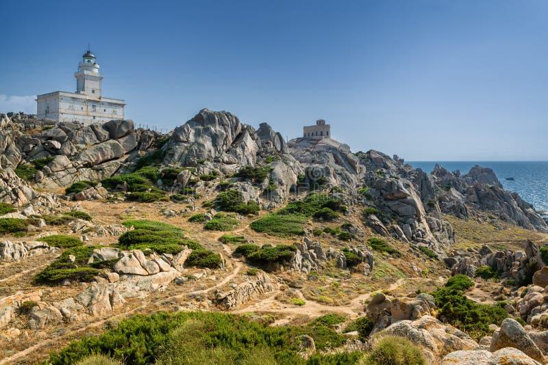 海岸线和灯塔在品柱介壳,撒丁岛,意大利 免版税库存照片