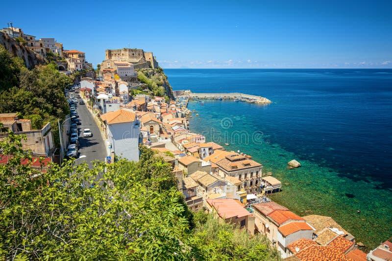 海岸线和Scilla中世纪镇老城堡在卡拉布里亚,意大利 著名意大利夏天休假目的地 库存照片