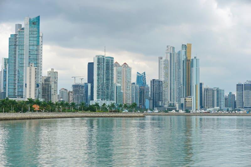 海岸线在沿海地带的巴拿马城大厦 免版税库存图片