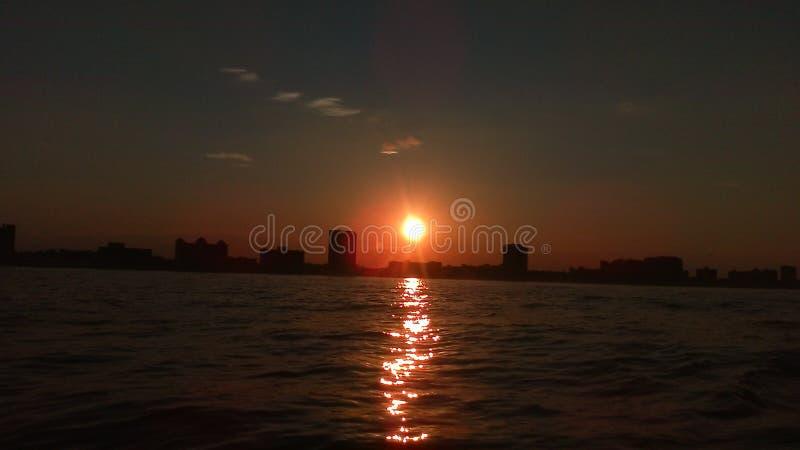 海岸线日落的弗吉尼亚海滩照片从海洋的 库存图片