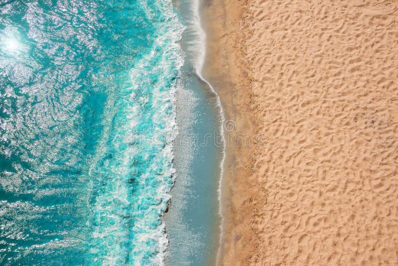 海岸线海滩与泡沫的海浪在沙子 从寄生虫的顶视图 库存照片
