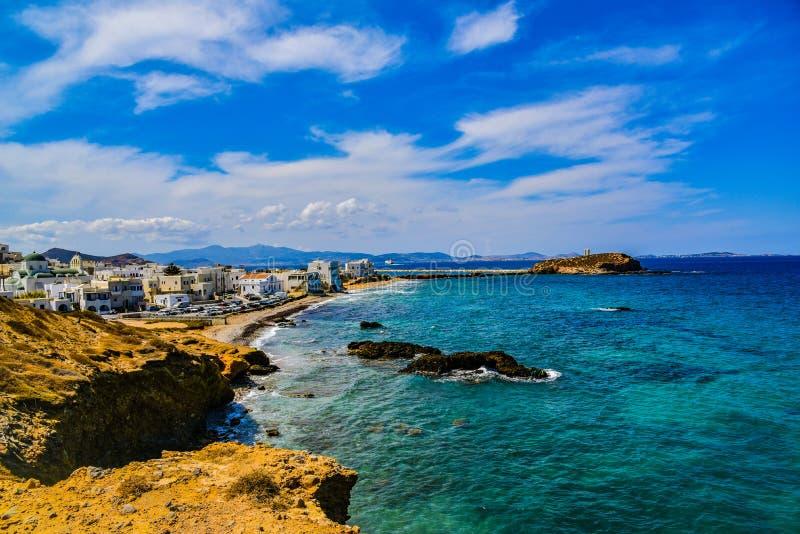 海岸线的美丽的景色与小白色村庄的在海岛纳克索斯上在希腊 库存照片