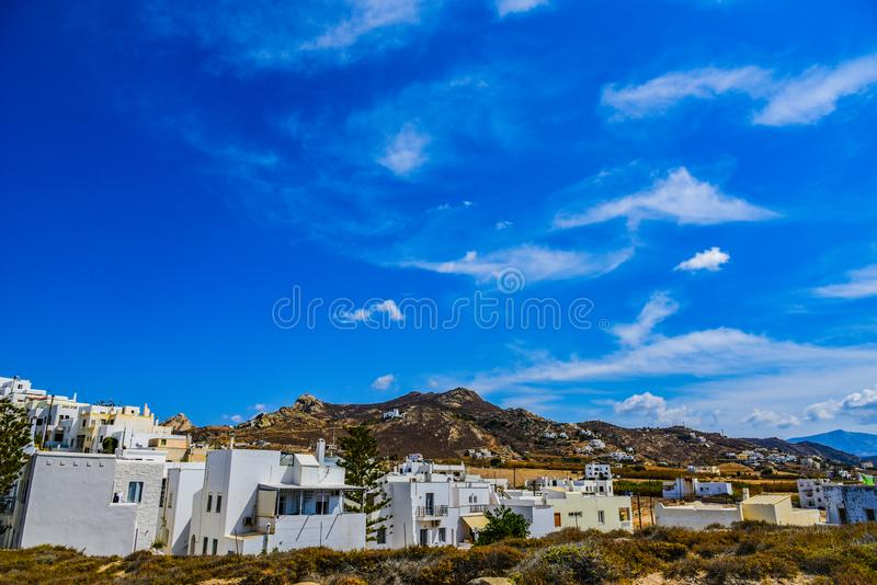 海岸线的美丽的景色与小白色村庄的在海岛纳克索斯上在希腊 库存图片