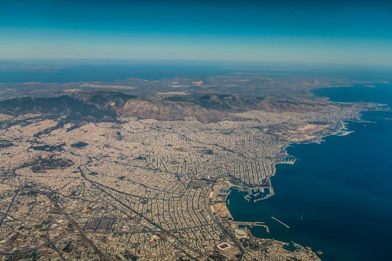 海岸线的鸟瞰图在希腊首都雅典附近的 免版税库存图片
