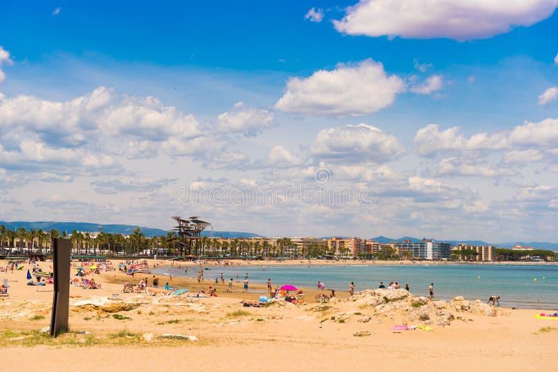 海岸线肋前缘Dorada,在La皮内达,塔拉贡纳, Catalunya,西班牙的海滩 复制文本的空间 库存照片