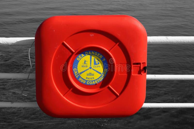 海岸警备队安全在一个箱子的抢救圆环在栏杆 库存图片