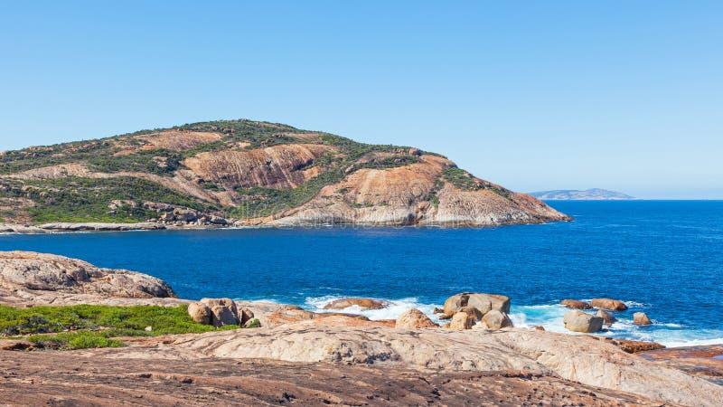 海岸近的吹哨的岩石 库存图片