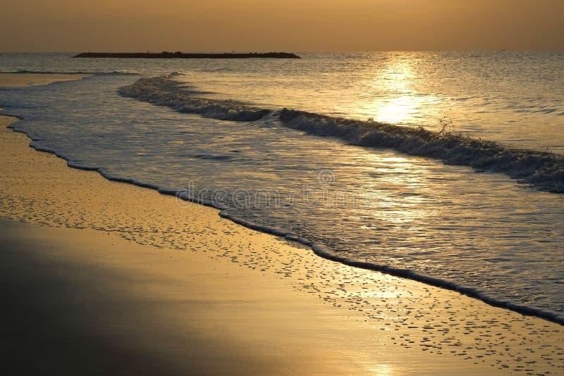 海岸,日出,沙子,夜,桔子,夏天,太阳,微明,云彩,阳光,波浪,海滩,金子,秀丽,日落,海湾,天空,风景, 库存照片