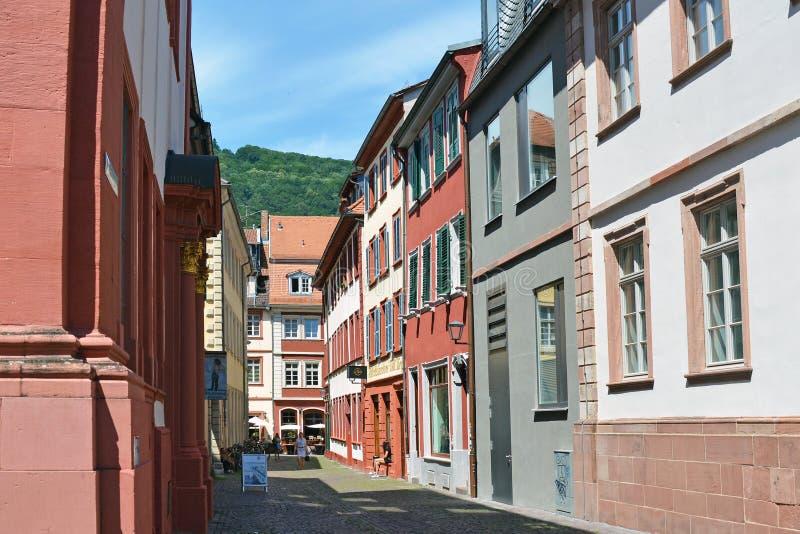 海得尔堡,德国- 2019年6月:有老大厦的小小巷在海得尔堡的历史市中心 库存照片
