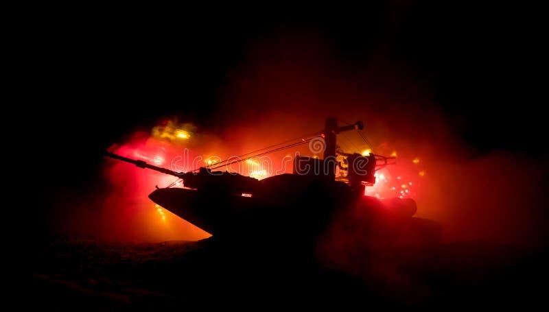 海战场面 军事战舰剪影在黑暗的有雾的被定调子的天空背景的 爆炸和火 严重的场面 库存照片