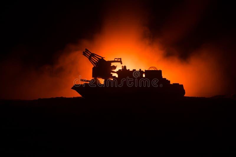 海战场面 军事战舰剪影在黑暗的有雾的被定调子的天空背景的 爆炸和火 严重的场面 图库摄影