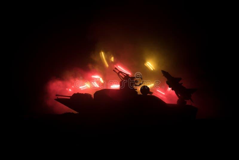 海战场面 军事战舰剪影在黑暗的有雾的被定调子的天空背景的 爆炸和火 严重的场面 免版税图库摄影