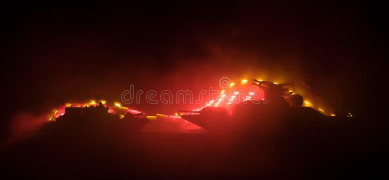 海战场面 军事战舰剪影在黑暗的有雾的被定调子的天空背景的 爆炸和火 剧烈的场面decoratio 免版税库存图片