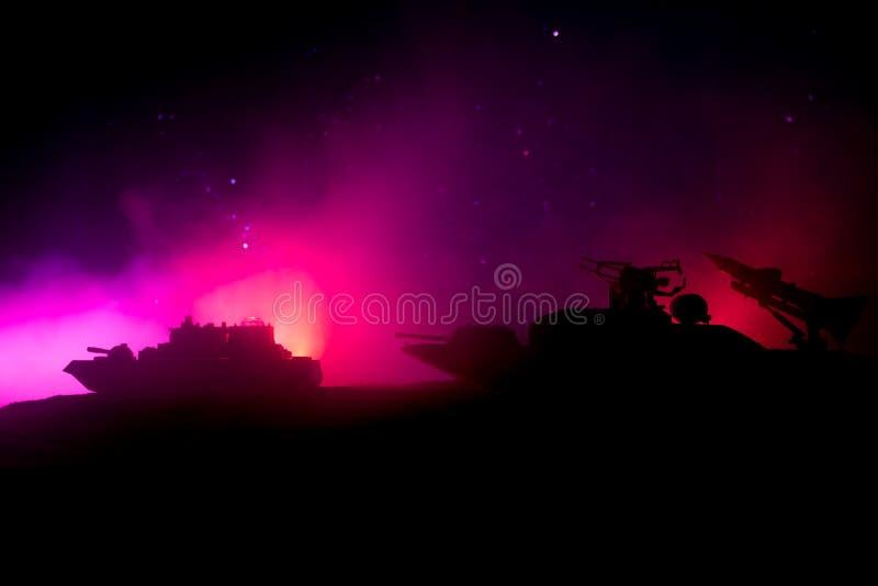 海战场面 军事战舰剪影在黑暗的有雾的被定调子的天空背景的 爆炸和火 剧烈的场面decoratio 免版税库存照片