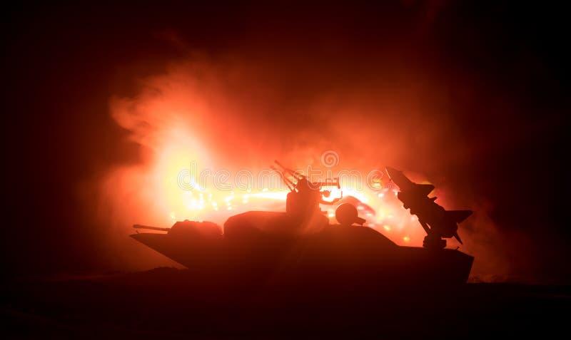 海战场面 军事战舰剪影在黑暗的有雾的被定调子的天空背景的 爆炸和火 剧烈的场面decoratio 免版税图库摄影