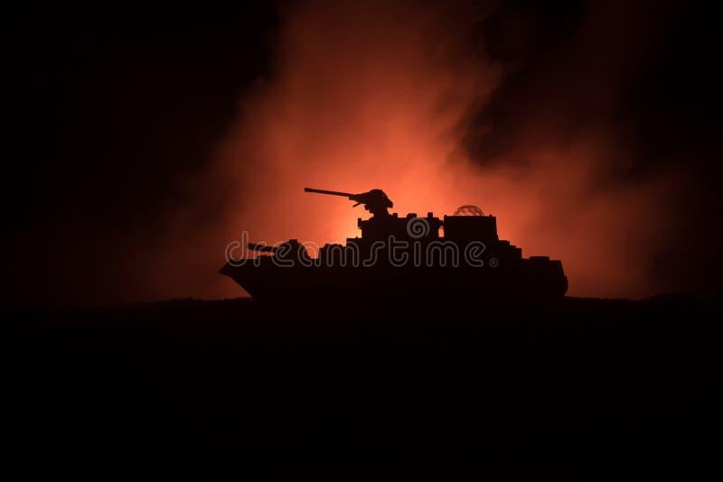 海战场面 军事战舰剪影在黑暗的有雾的被定调子的天空背景的 爆炸和火 剧烈的场面decoratio 图库摄影