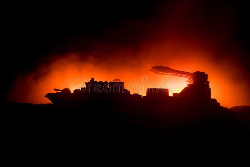 海战场面 军事战舰剪影在黑暗的有雾的被定调子的天空背景的 爆炸和火 剧烈的场面decoratio 库存图片