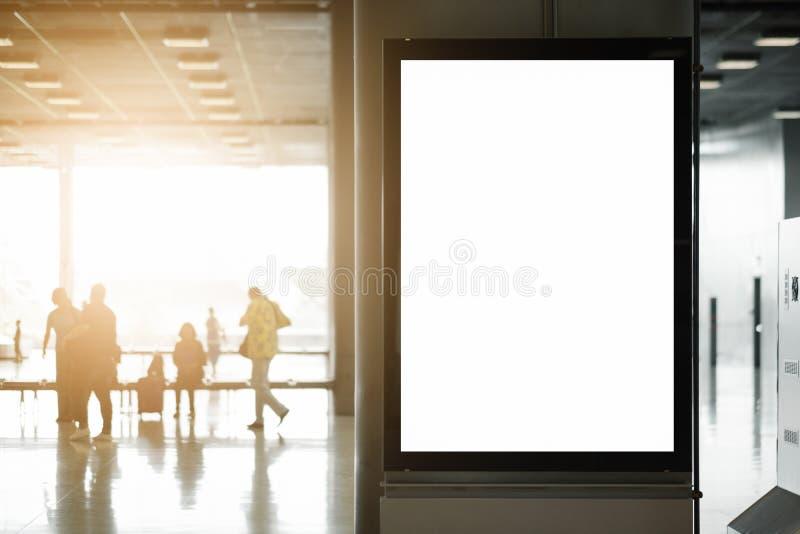 海报媒介模板广告显示的嘲笑在地铁站自动扶梯 免版税库存图片