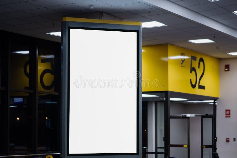 海报媒介模板广告显示的嘲笑在地铁站自动扶梯 库存图片