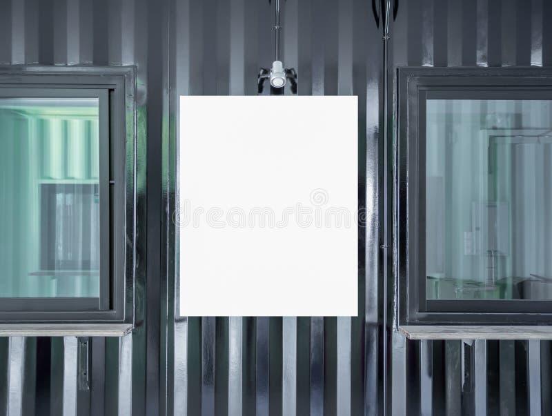 海报框架的空白的白色嘲笑在运输货柜墙壁buil 免版税图库摄影