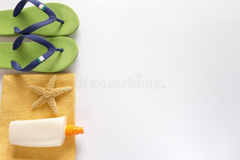 海拖鞋、遮光剂和毛巾在白色背景 免版税库存照片