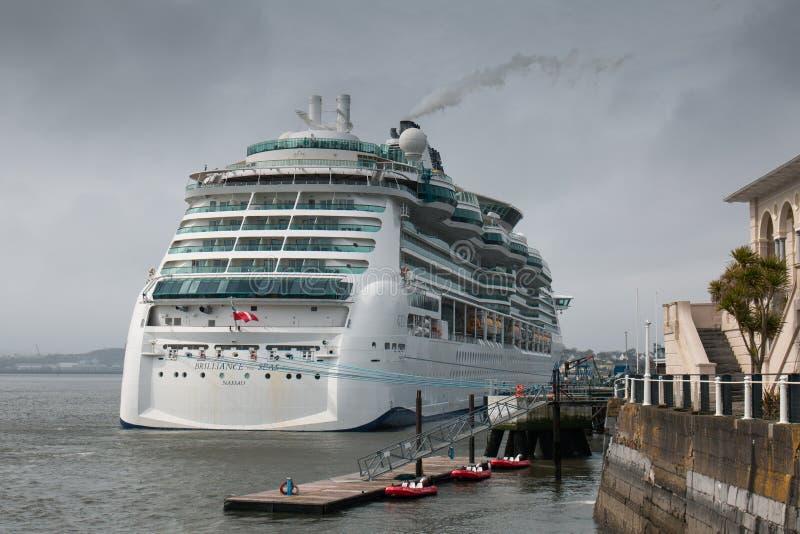 海拿骚的MS光华,属于皇家加勒比` s发光类的游轮在科芙港口靠了码头 图库摄影