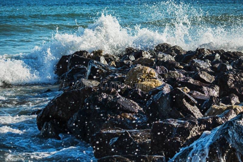 海敲打强的波浪在岩石的 免版税图库摄影