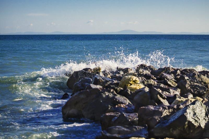 海敲打强的波浪在岩石的 免版税库存图片