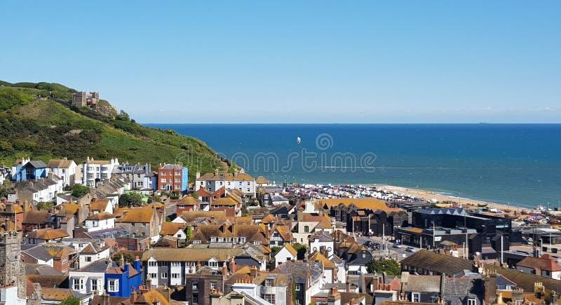 海斯廷斯镇风景在英国,在海斯廷斯老镇的东南海岸视图向从小山的海 库存照片